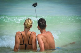 couple-selfie-beach