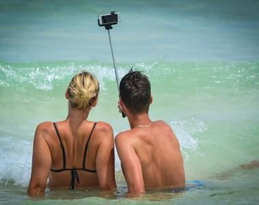 couple-selfie-beach